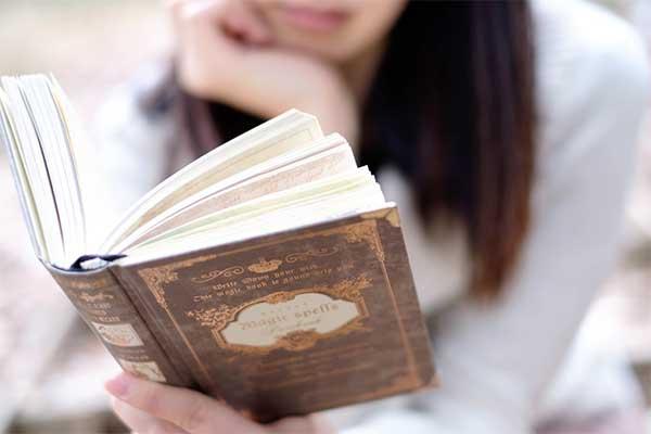洋書を読む女性